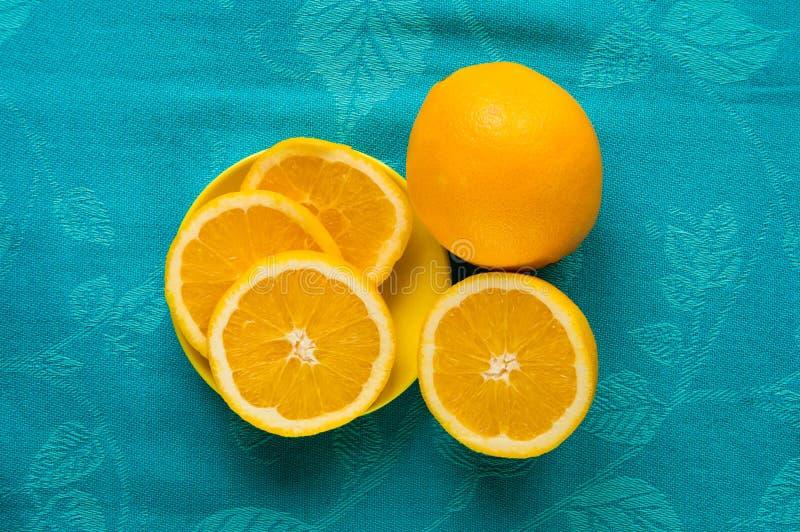 Apelsin i skivan för sunt mellanmål fotografering för bildbyråer
