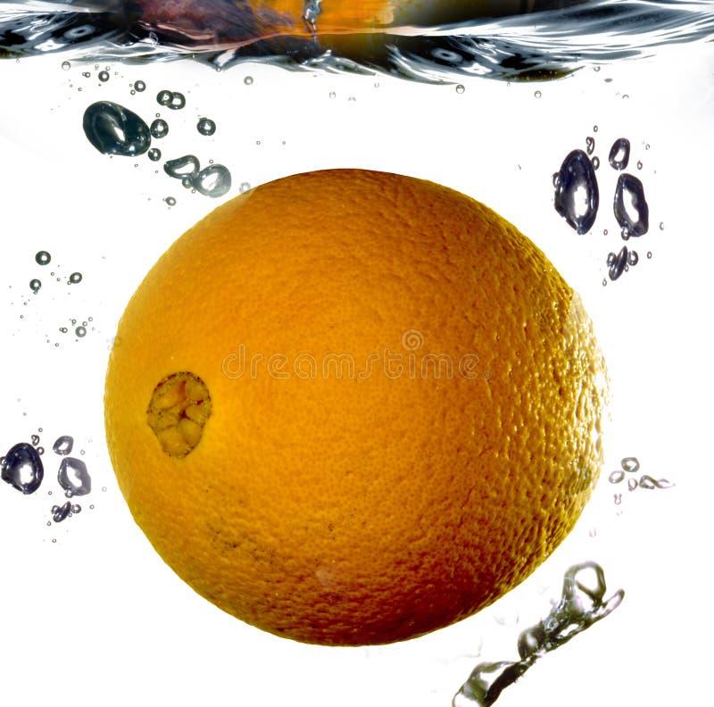 Apelsin i vatten royaltyfri foto