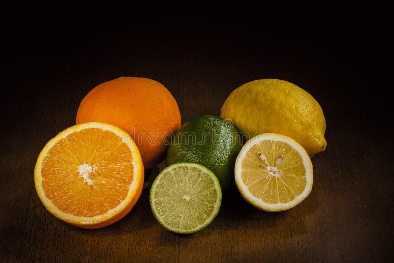 Apelsin, limefrukt och citron royaltyfri foto