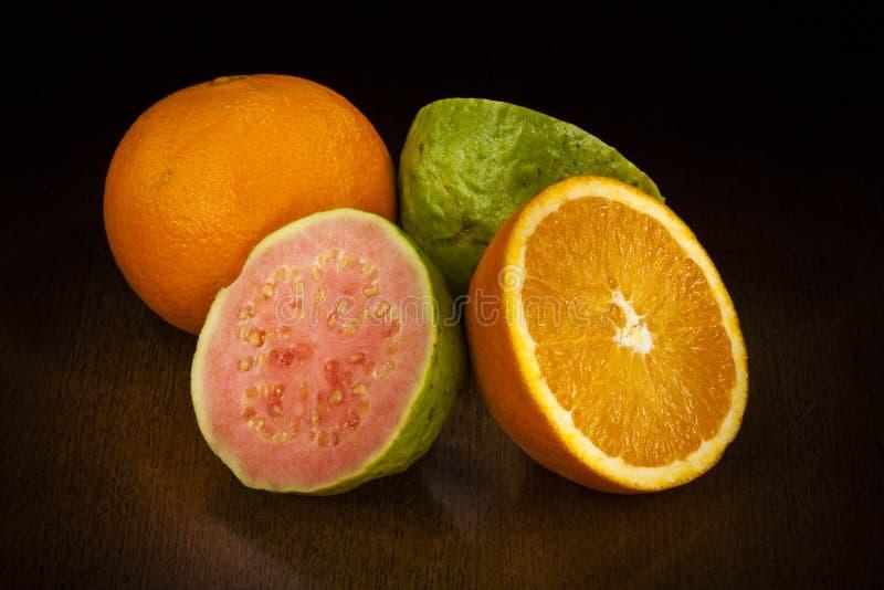Apelsin och guava arkivbild