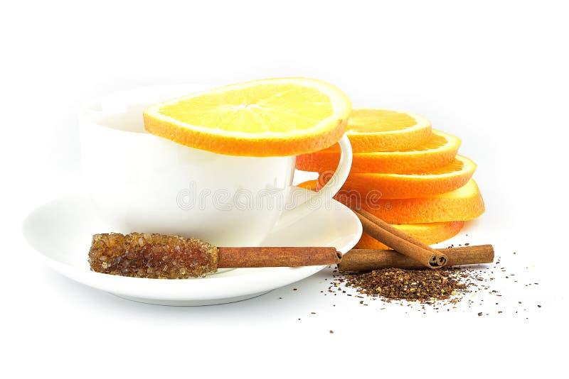 Apelsin och kanelbrunt blandningte på portionmagasinet arkivbilder