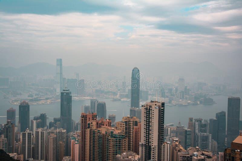 Apelsin- och krickasikt av Hong Kong horisont från Victoria maximum arkivbild