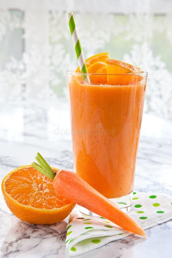 Apelsin- och morotsmoothie royaltyfria foton