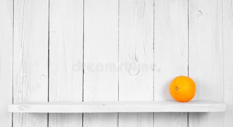 Apelsin på en trähylla arkivfoton
