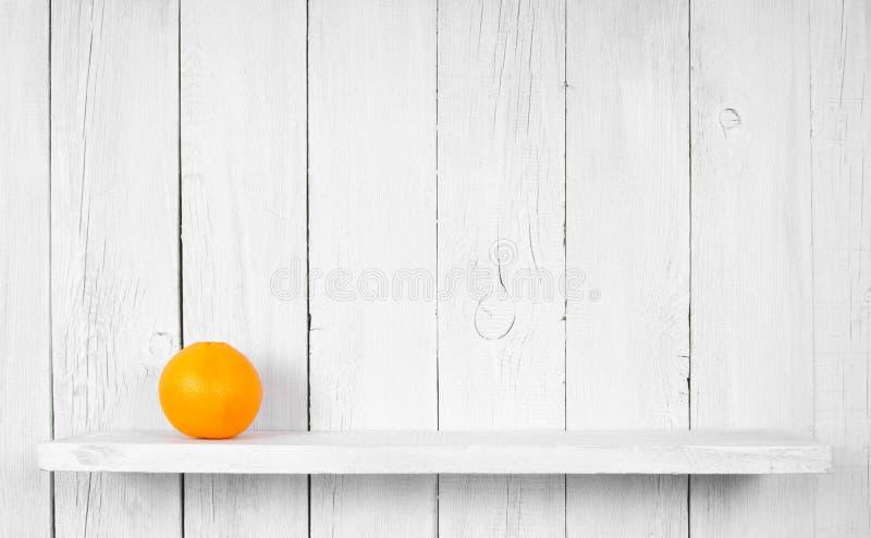 Apelsin på en trähylla royaltyfria foton