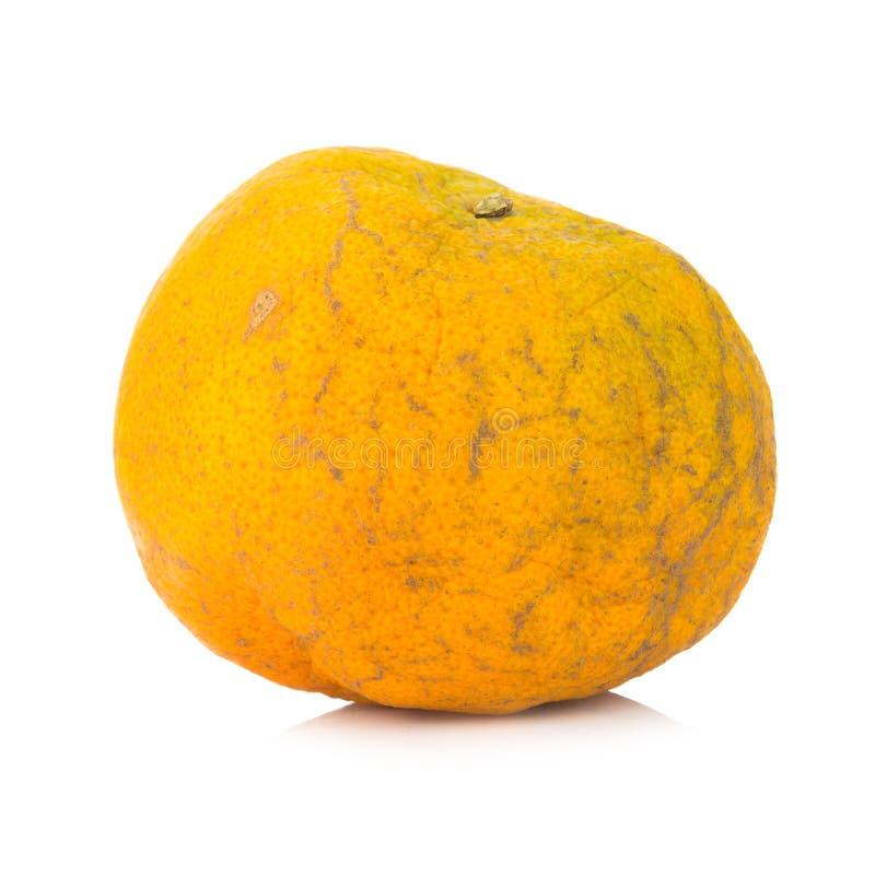 Apelsin ruttet smutsigt bakgrund isolerad white fotografering för bildbyråer