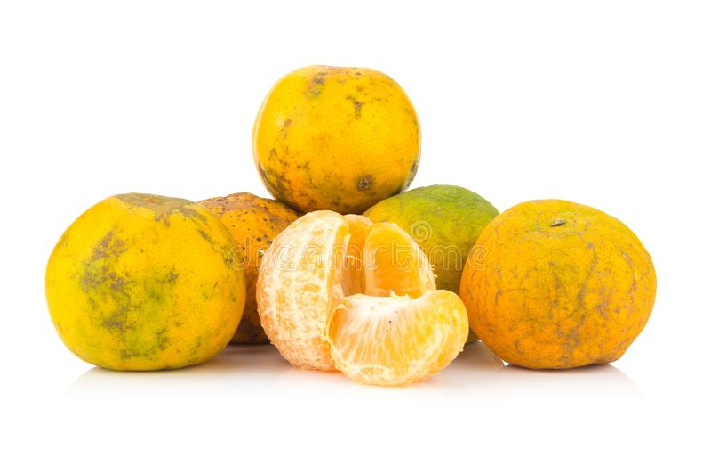 Apelsin ruttet smutsigt moget peel bakgrund isolerad white royaltyfri bild
