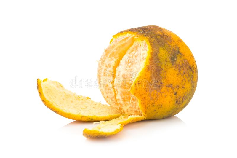 Apelsin ruttet smutsigt moget peel bakgrund isolerad white royaltyfria bilder
