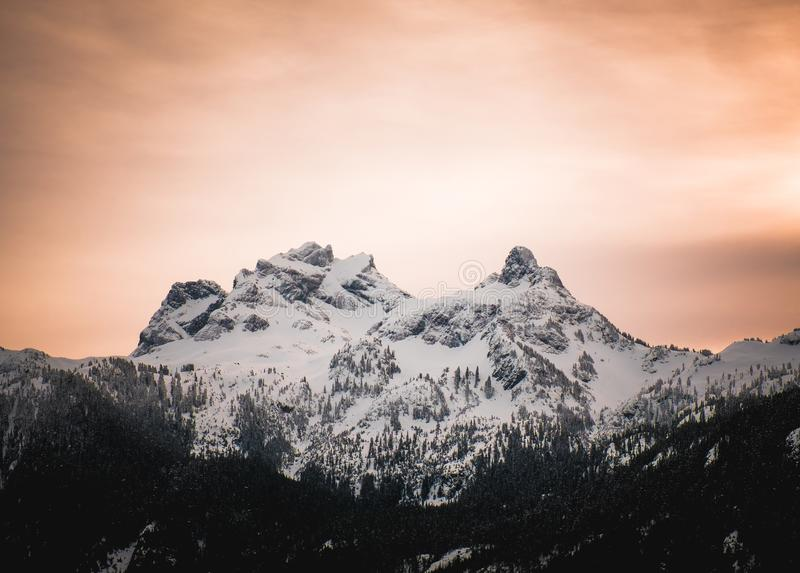 Apelsinen alpen glöd bak himmelpiloten Mountain i British Columbia royaltyfri bild