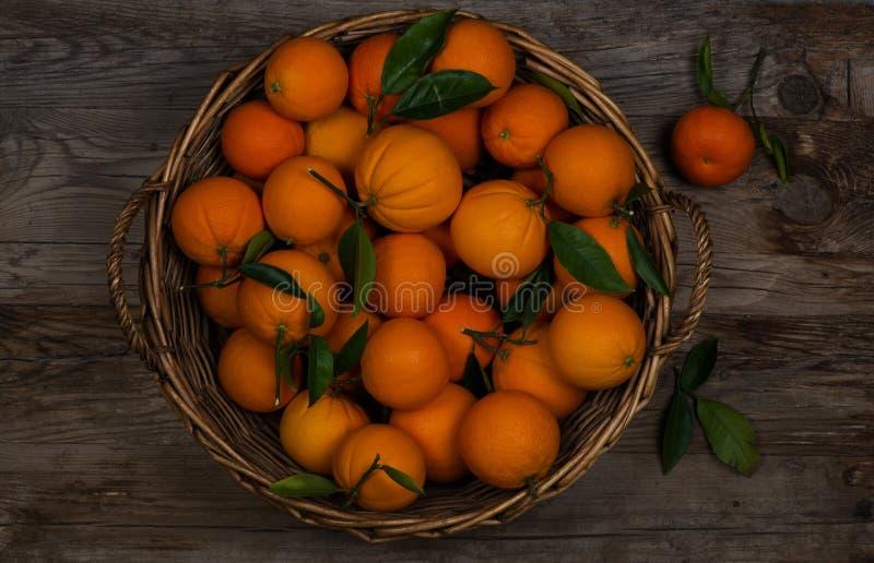 Apelsinen bär frukt i en korg royaltyfri foto
