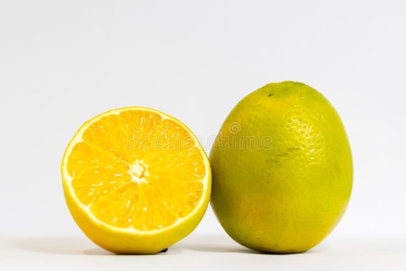 Apelsinen ?r frukten av den citrusa citrusa arten royaltyfria foton