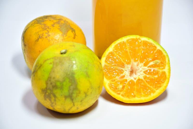 Apelsinen skivad hampa som är användbar till kroppen, äter apelsiner för att uppföda och hälsa royaltyfria foton