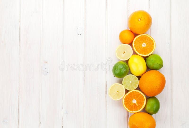apelsiner för citrusfruktcitronlimefrukter Apelsiner, limefrukter och citroner arkivbilder