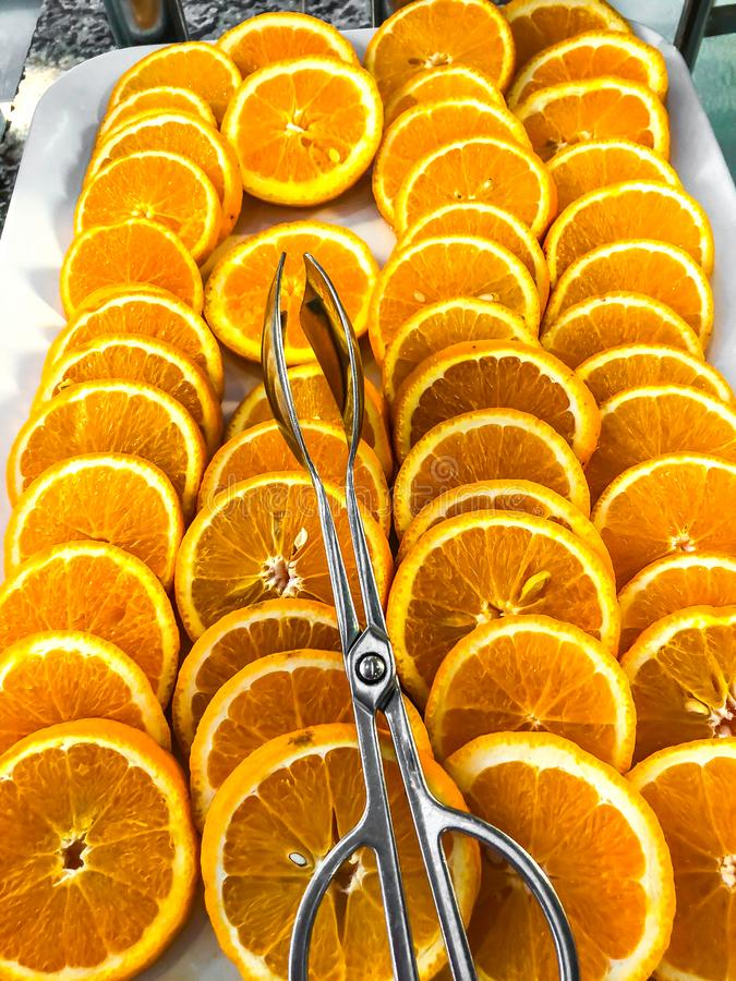 Apelsiner, i cirklar på platta royaltyfri foto
