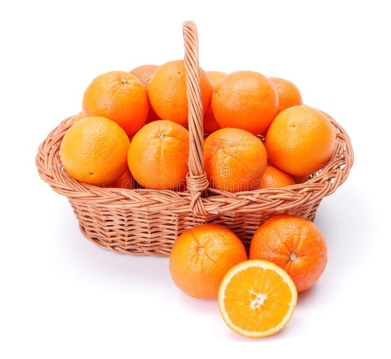 Apelsiner i korg royaltyfri fotografi