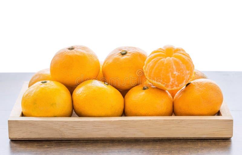 Apelsiner i trämagasin på ett trägolv arkivfoton