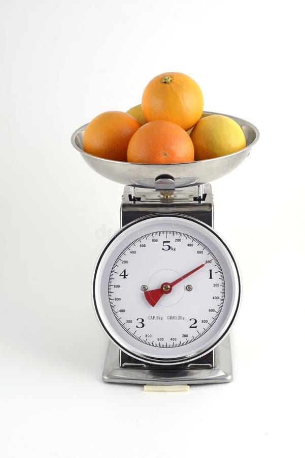 Apelsiner med citroner på jämvikt arkivbild