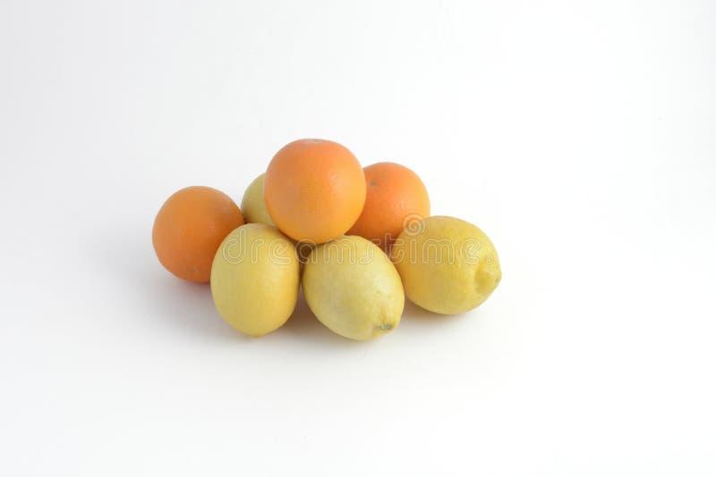 Apelsiner och citroner arkivbild