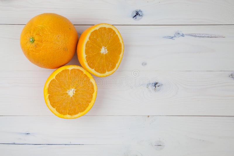 Apelsiner på tabellen fotografering för bildbyråer