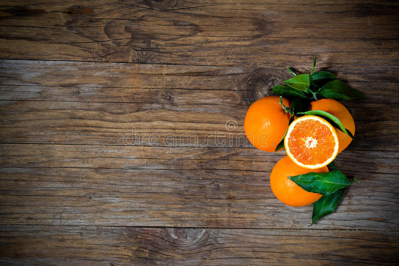 Apelsiner på trä arkivfoto