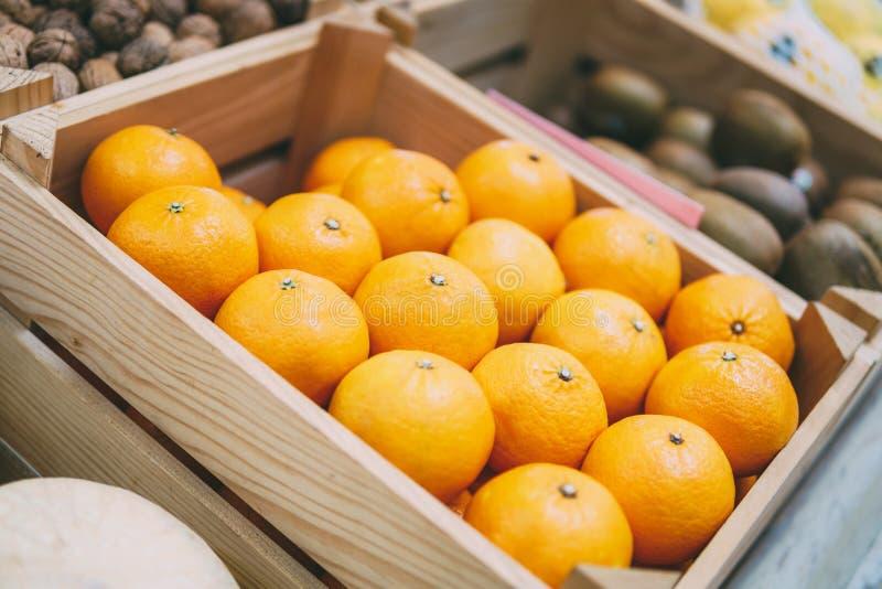 Apelsiner som är till salu i marknad royaltyfri bild