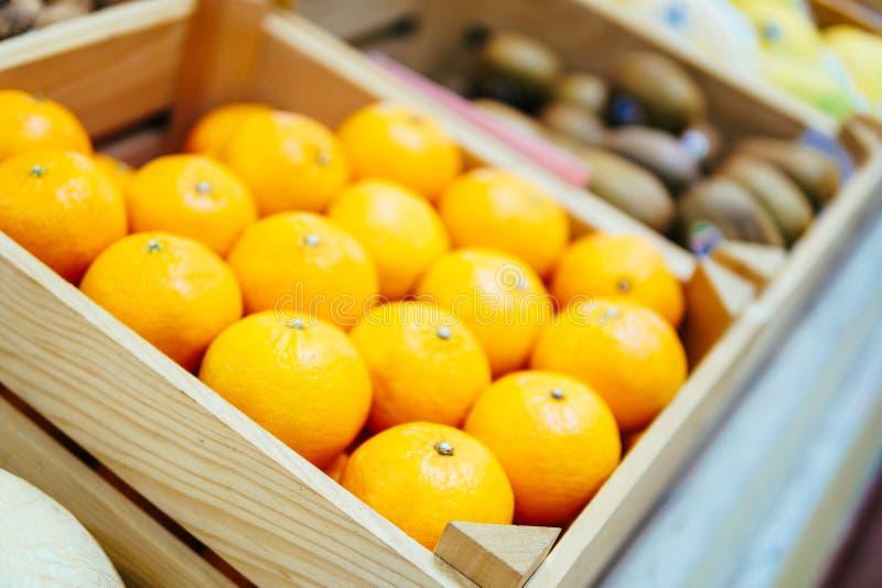 Apelsiner som är till salu i marknad arkivfoton