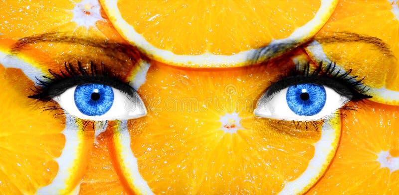Apelsiner som målas på kvinnans framsida royaltyfri bild