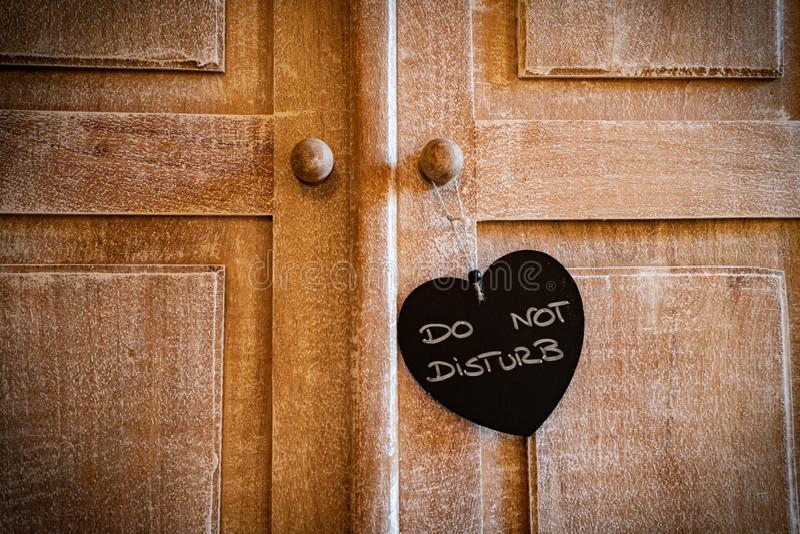 Apenas casó o no perturban el corazón en la puerta de madera del vintage foto de archivo