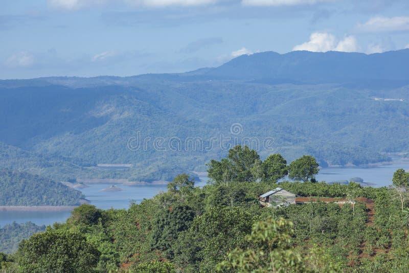 Apenas a casa na parte superior da montanha em torno do lago TaDung, nuvem branca no céu azul foto de stock royalty free
