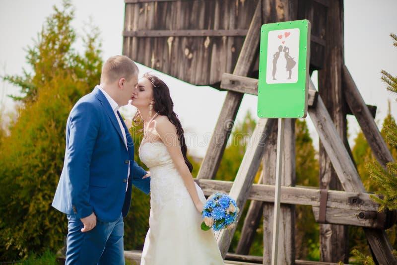 Apenas casado assine dentro o parque imagens de stock