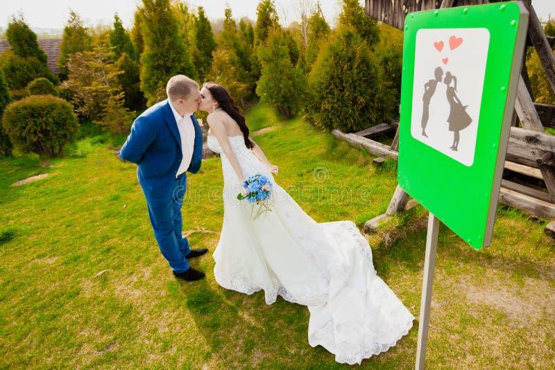Apenas casado assine dentro o parque foto de stock