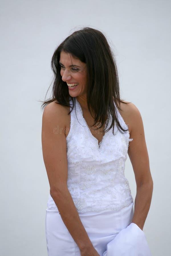 Apenas casado - noiva feliz bonita imagem de stock royalty free