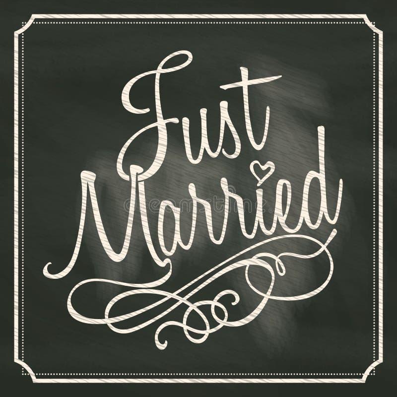 Apenas casado poniendo letras a la muestra en fondo de la pizarra libre illustration