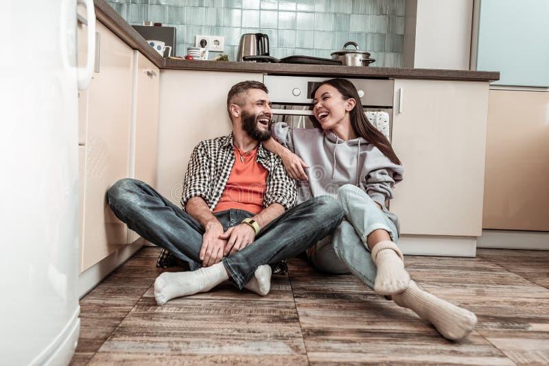 Apenas casal que sente o dia de gasto extremamente feliz junto foto de stock royalty free