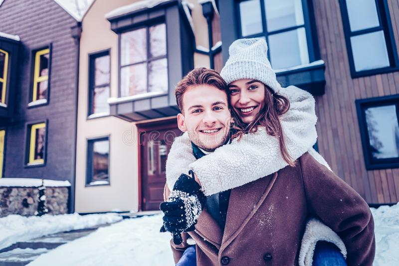Apenas casal que sente o tempo de gasto extremamente feliz junto fotografia de stock
