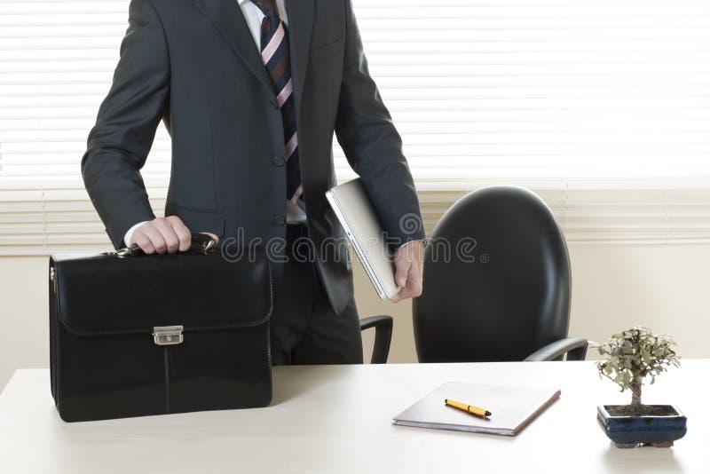 Apenas chegado no escritório/apronte para ir para casa foto de stock