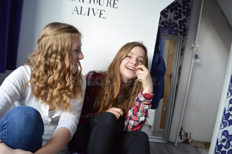 apenas dos muchachas que ríen y que tienen fotografía de archivo