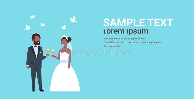 Apenas dos pares da posição noivos afro-americanos casados junto que guardam o conceito do dia do casamento dos vidros do champ ilustração stock