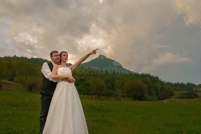 Apenas el señalar de la novia de la pareja de matrimonios imagen de archivo libre de regalías