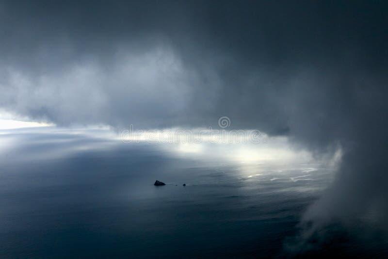 Apenas ilha com a tempestade pesada imagem de stock royalty free