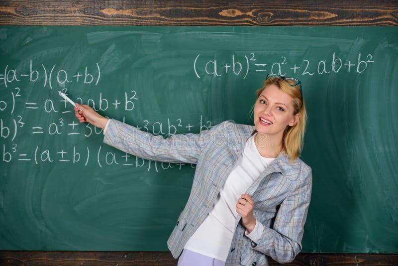 Apenas inspirado Estudio y educaci?n Escuela moderna D?a del conocimiento Mujer en sala de clase De nuevo a escuela D?a de los pr imagenes de archivo
