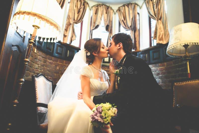 Apenas la pareja casada se inclina el uno al otro con su tenderl de las caras imagen de archivo