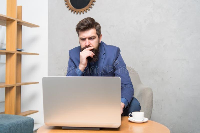 Apenas mim, meu computador e uma xícara de café Reparador do computador ou trabalhador profissional da tecnologia Homem farpado q imagens de stock royalty free