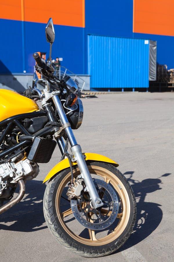 Apenas motocicleta entregada desembalada que está contra o armazém da empresa do transporte imagens de stock royalty free