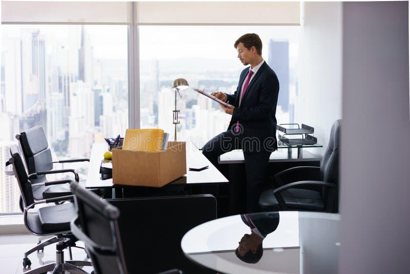 Apenas o homem de negócio executivo contratado transporta-se ao escritório novo foto de stock royalty free