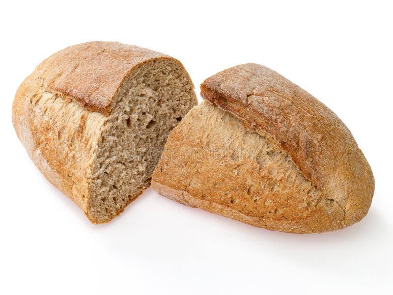 Apenas o naco cozido do pão de centeio cortou em duas partes no backgro branco fotos de stock