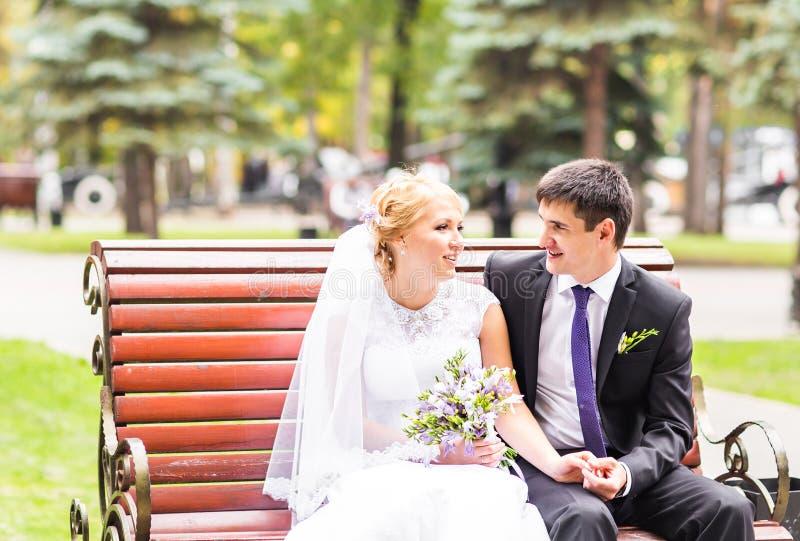 Apenas pareja casada abrazada imagen de archivo libre de regalías
