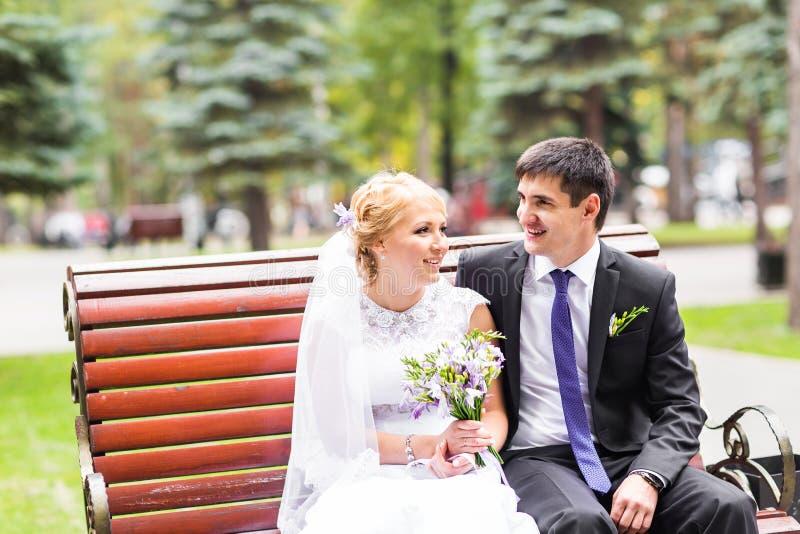 Apenas pareja casada abrazada fotografía de archivo libre de regalías