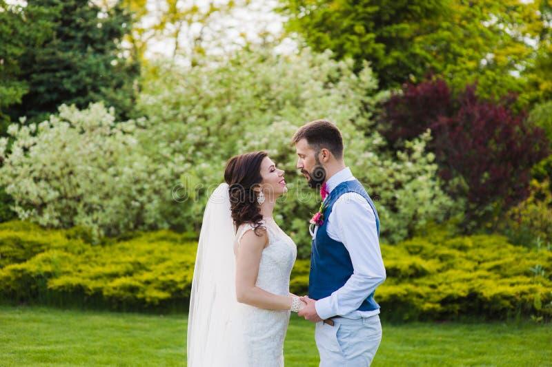 Apenas pareja casada de los jóvenes que va a besarse foto de archivo libre de regalías