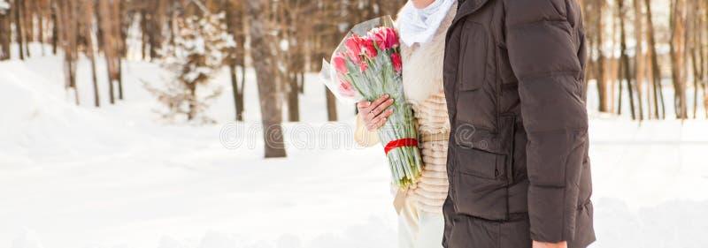 Apenas pareja casada de los musulmanes en naturaleza del invierno foto de archivo